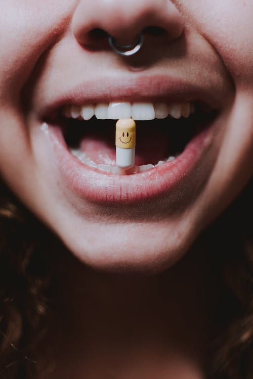 Persoon Met Witte En Gouden Lippenstift