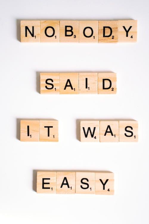 Безкоштовне стокове фото на тему «copy space, Scrabble, білої поверхні»