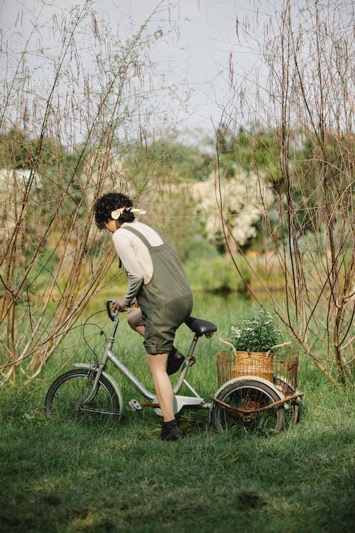 Mann Im Weißen Langarmhemd, Das Auf Fahrrad Reitet