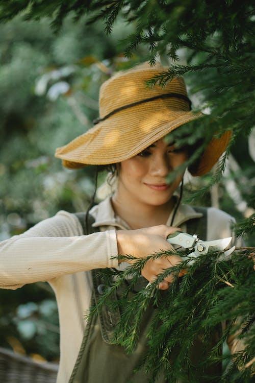 白色的長袖襯衫,戴著棕色帽子的女人