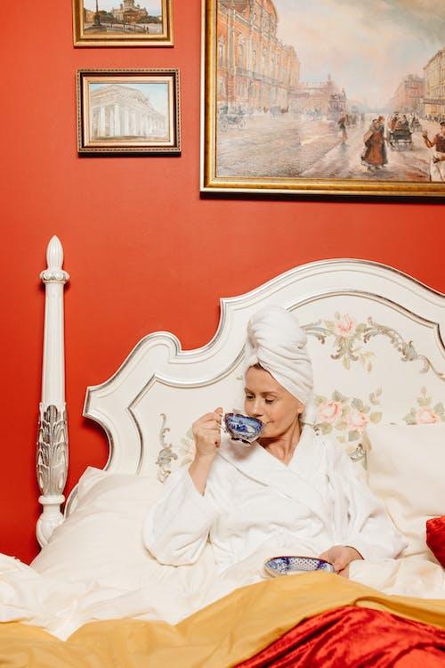 カップ, バスローブ, ベッドの無料の写真素材
