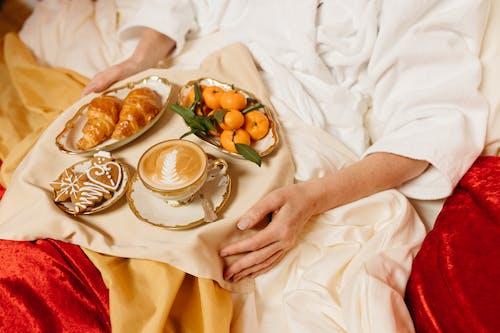 Foto stok gratis bahasa mandarin, baki, croissant
