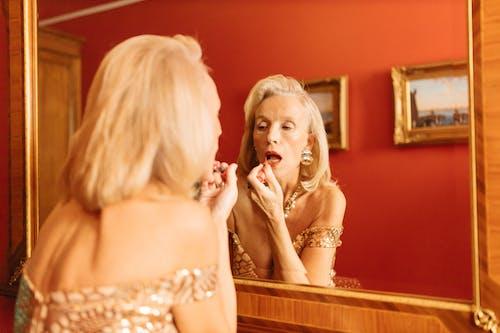 Kostenloses Stock Foto zu bewirbt sich, frau, lippenstift