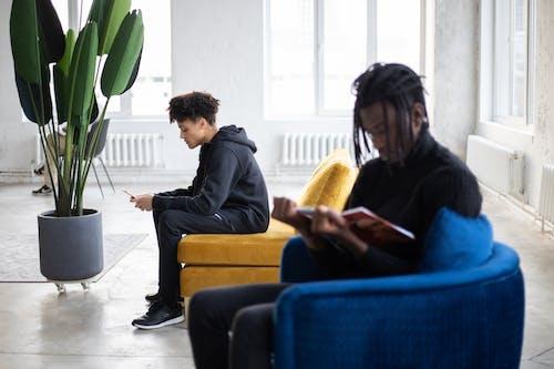 Homme En Veste Noire Assis à Côté D'une Femme En Robe Jaune