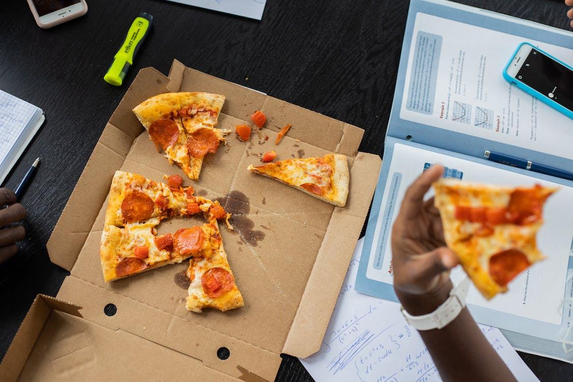 Persona Sosteniendo Pizza En Caja