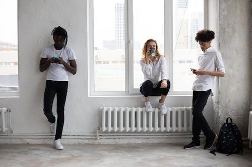 Vrouw In Wit Overhemd En Zwarte Broek Die Zich Naast Vrouw In Wit Overhemd Bevindt