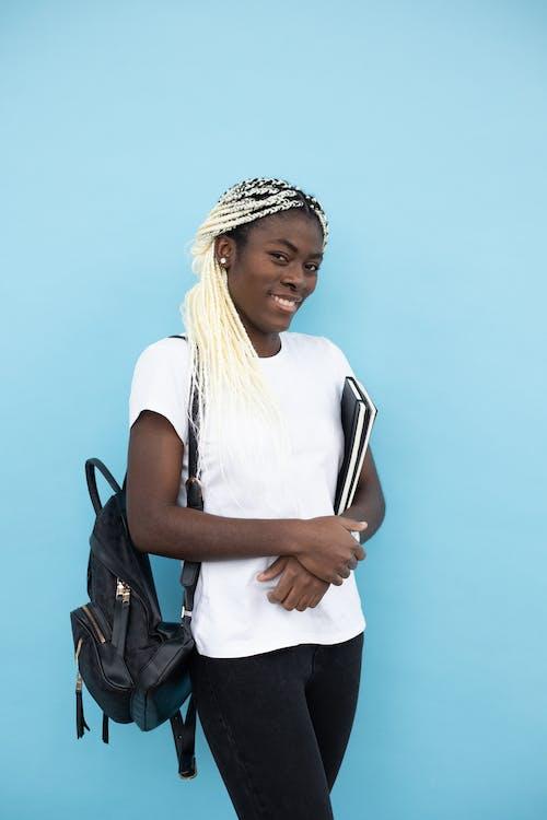 Fotobanka sbezplatnými fotkami na tému Afroameričanka, atraktívny, batoh