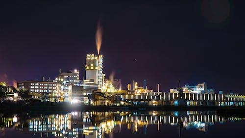 Бесплатное стоковое фото с дымовой след, дымоход, ночь, промышленная зона