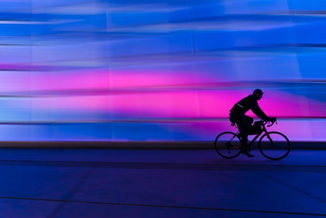 Silhouette De Personne à Cheval Sur Le Vélo De Banlieue