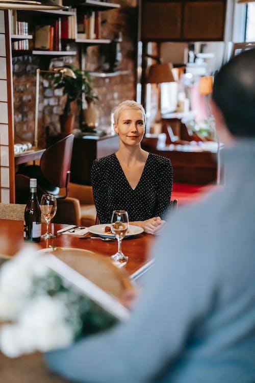 Frau Im Schwarzen V Ausschnitt Hemd, Das Auf Rotem Stuhl Sitzt