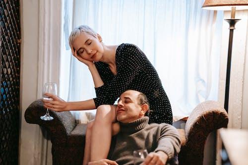 흑인과 백인 폴카 도트 드레스 소파에 앉아있는 여자