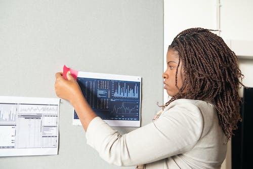 Δωρεάν στοκ φωτογραφιών με αυτοκόλλητη σημείωση, αφροαμερικάνα γυναίκα, γραφήματα