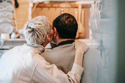 Ilmainen kuvapankkikuva tunnisteilla anonyymi, aviomies, halaus