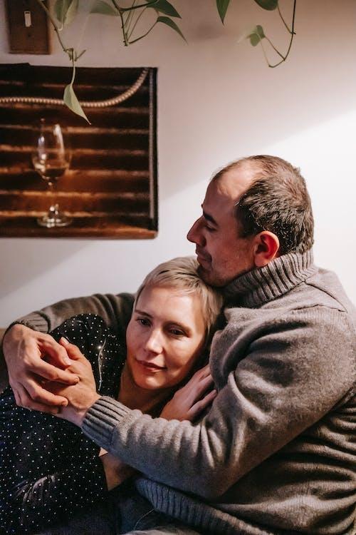 Ilmainen kuvapankkikuva tunnisteilla aviomies, chillata, halaus