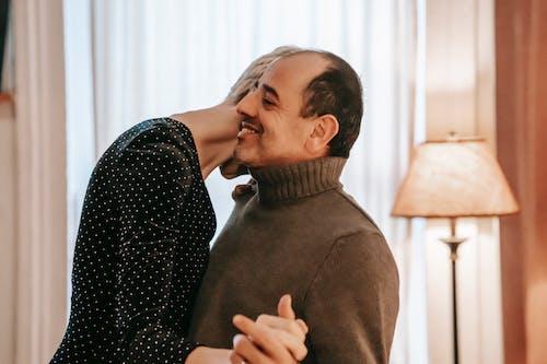 Ilmainen kuvapankkikuva tunnisteilla aviomies, epäselvä tausta, halaus