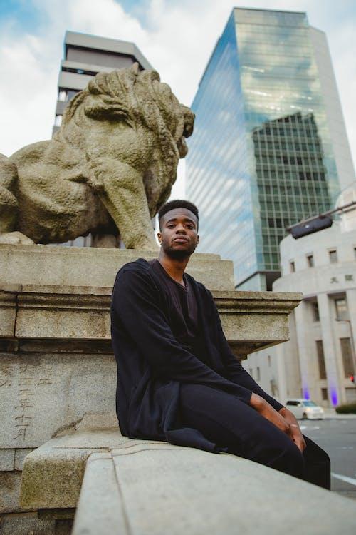 Безкоштовне стокове фото на тему «архітектура, афро, афроамериканський чоловік»