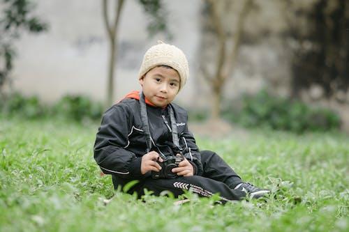 Fotos de stock gratuitas de cámara, césped, chaval