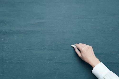 Foto d'estoc gratuïta de escrivint, guix, mà, pissarra