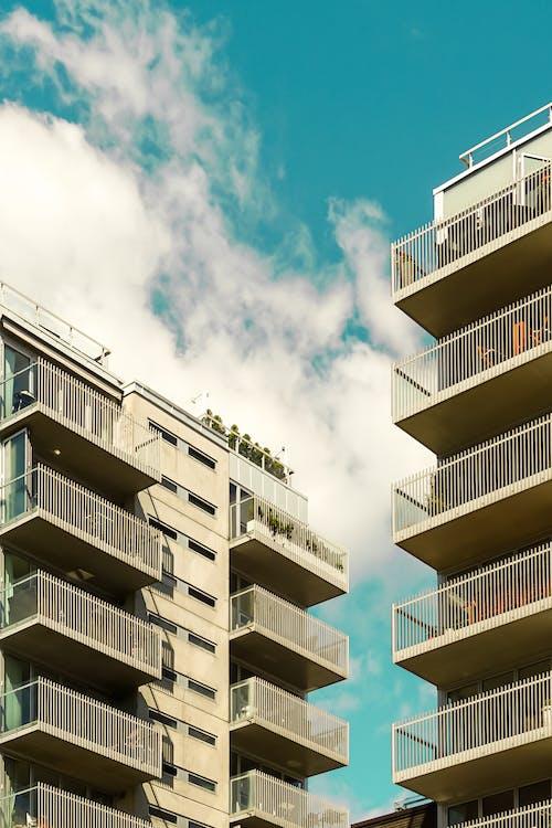 Безкоштовне стокове фото на тему «архітектура, багатоквартирний будинок, балкон»