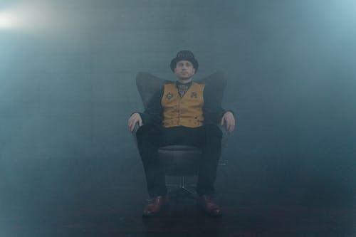 Darmowe zdjęcie z galerii z kapelusz, krzesło, mężczyzna