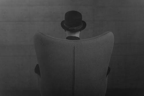 Darmowe zdjęcie z galerii z czarno-biały, kapelusz, krzesło