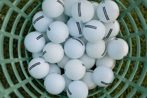 Witte Golfbal Op Groen Gras