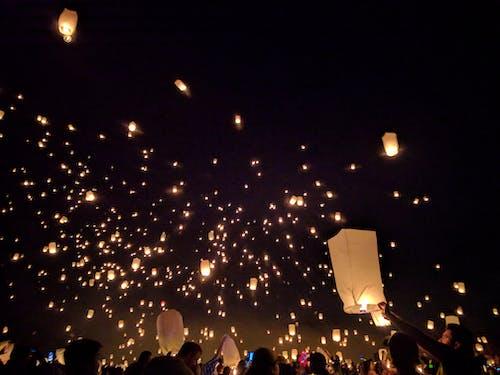 お祝い, クリスマス, ダーク, フローティング提灯の無料の写真素材
