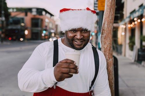 Homme En Tenue De Santa Tenant Une Tasse De Papier