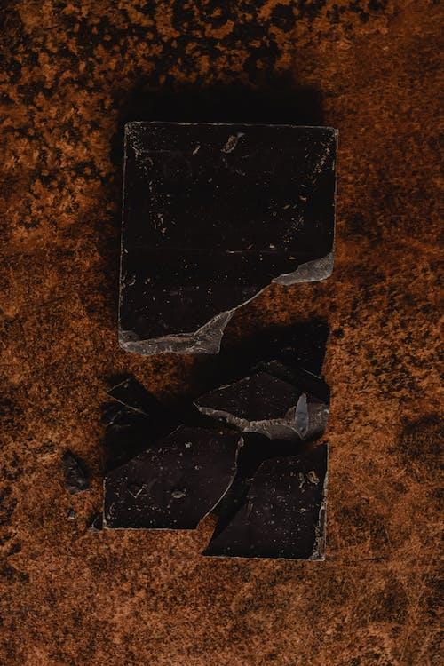 Smartphone Negro Sobre Superficie Marrón