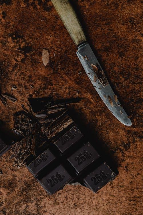 Foto profissional grátis de aparas de madeira, barra de chocolate, close