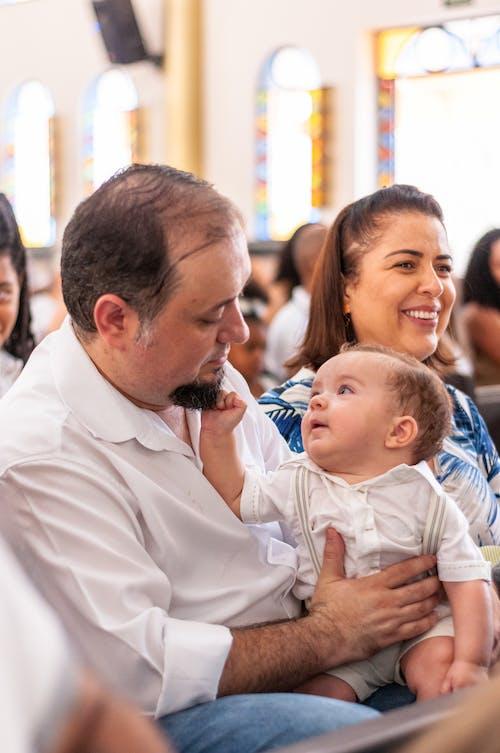 Mann Im Weißen Hemd, Das Kind Im Blauen Und Weißen Streifenhemd Trägt