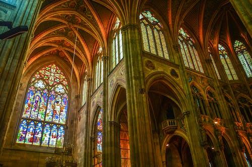 Бесплатное стоковое фото с витражное стекло, кафедральный собор, колонны, потолок