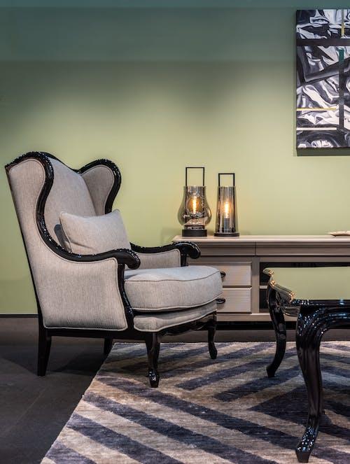 Brązowy Drewniany Stół Z Szarym Fotelem Poduszkowym