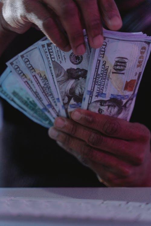 Бесплатное стоковое фото с вертикальный выстрел, деньги, держать