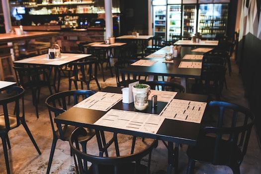 Dekoracja okien w restauracji - rolety