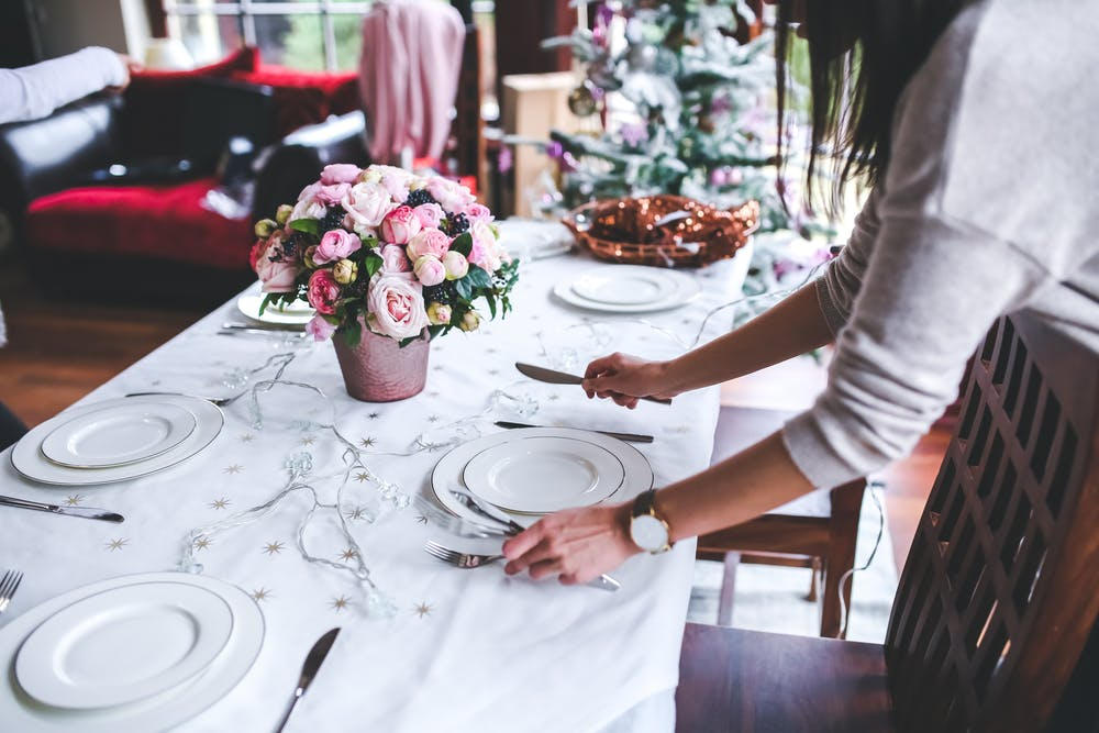 Woman preparing the table at a restaurant. | Photo: Pexels
