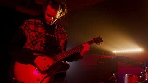 Foto stok gratis gelap, gitar elektrik, gitaris