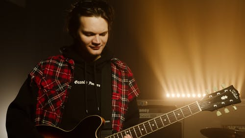 Foto stok gratis gitar, gitaris, hobi