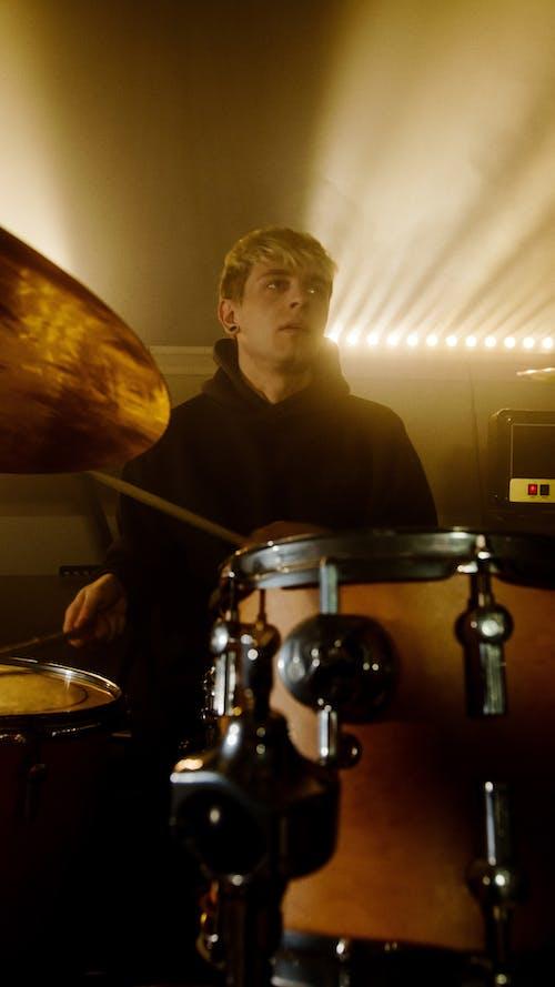 Foto stok gratis alat musik, bermain, drum