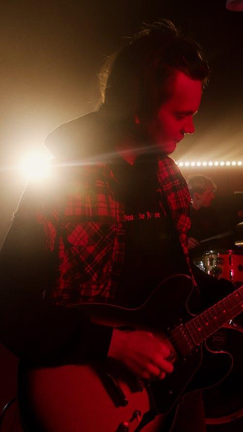 Foto stok gratis alat musik, bermain, gitar