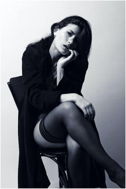 Frau Im Schwarzen Blazer Sitzt Auf Schwarzem Stuhl
