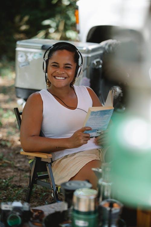 Wanita Dalam Buku Bacaan Tank Top Putih