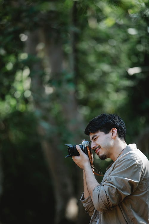 Mann Im Weißen Hemd, Das Schwarze Dslr Kamera Hält