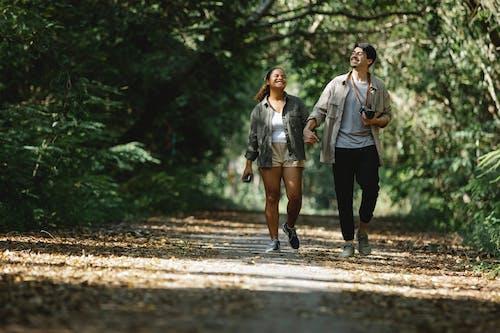 Toprak Yolda Yürüyen Kadın Ve Erkek