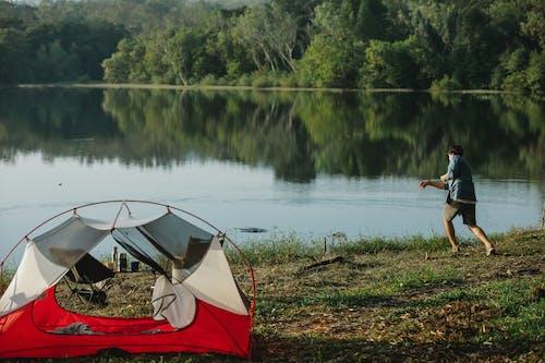 Rotes Und Weißes Zelt Neben See