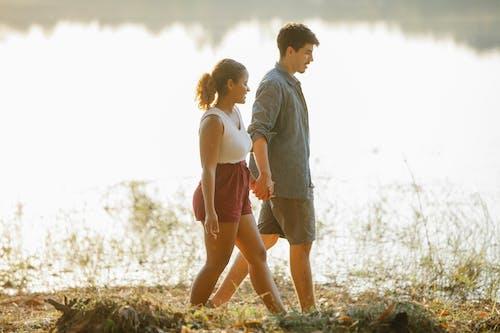男人和女人站在棕色的草地上