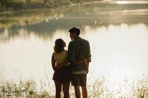 Homme Et Femme S'embrassant Près Du Lac