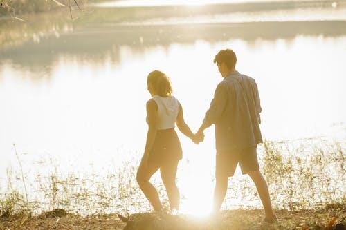 男人和女人在球場上行走時手牽著手