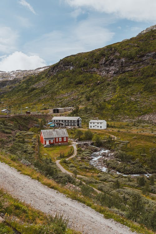Train Rouge Et Blanc Sur Chemin De Fer Près De Green Mountain