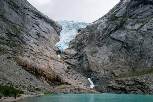Gray Rocky Mountain à Côté Du Plan D'eau